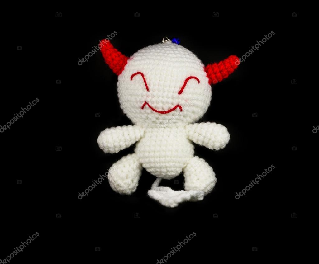 Handarbeit häkeln weißen Teufel mit roten Ohr Puppe auf schwarz ...