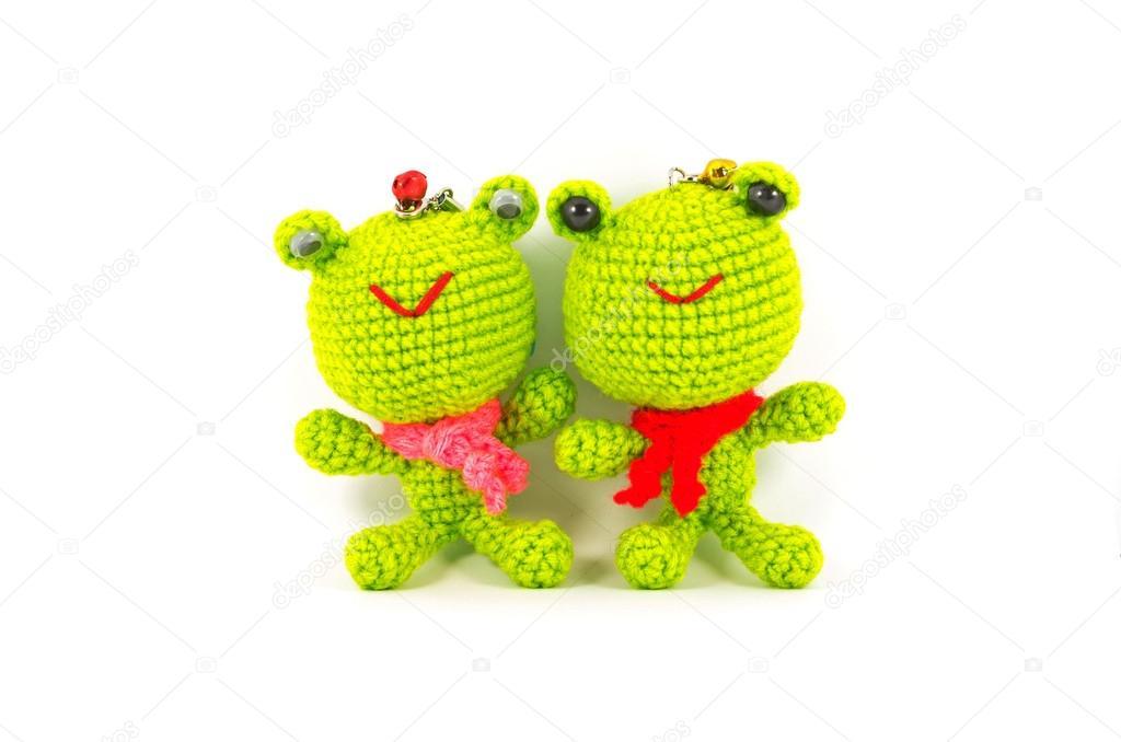 Handarbeit häkeln zwei grüne Frosch Puppe auf weißem Hintergrund ...