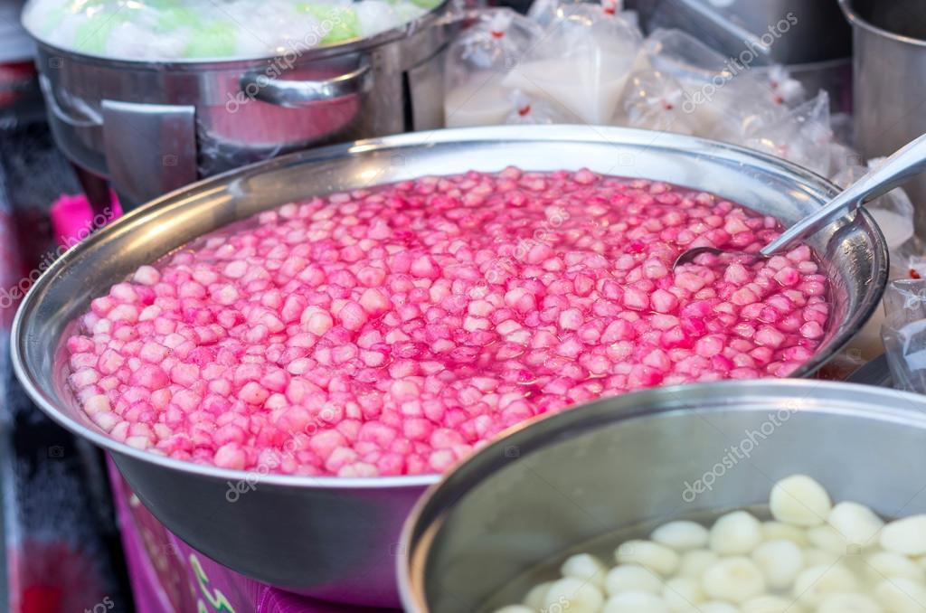 marco rubí dulce postre tailandés rojo en un tazón de acero ...