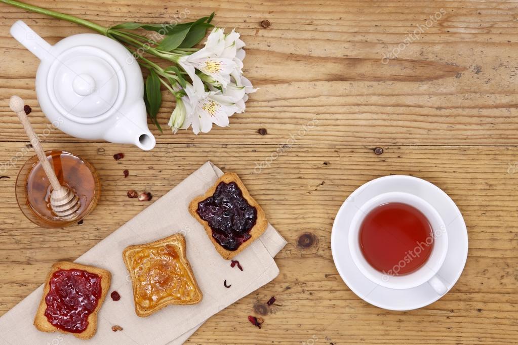 Mesa de desayuno con t tetera taza de t mermelada pan y hon foto de stock amedeoemaja - Mesas de desayuno ...