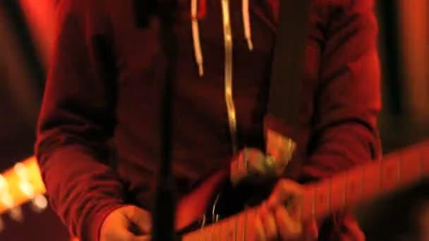 zenész játszik a gitár a koncertenмузикант, грає на гітарі під час концерту