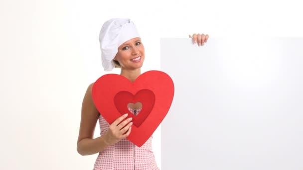 lächelnd Kochen mit Herz und Schild