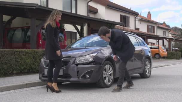muž a žena po autonehodě