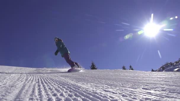 snowboardista stříkání sněhu do kamery