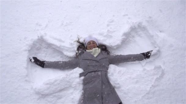 žena dělat Sněžní andělé