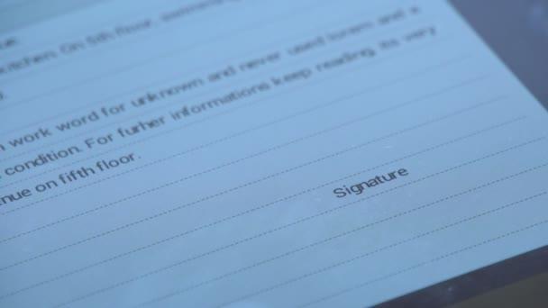 contratto segno sulla tavoletta digitale