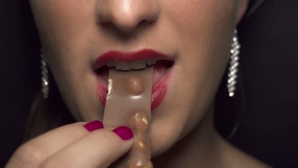žena kousnout čokoláda