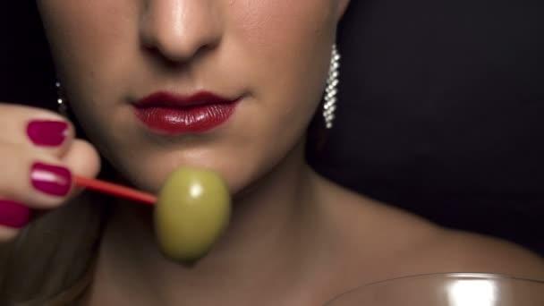 mangiare oliva da un bicchiere di martini