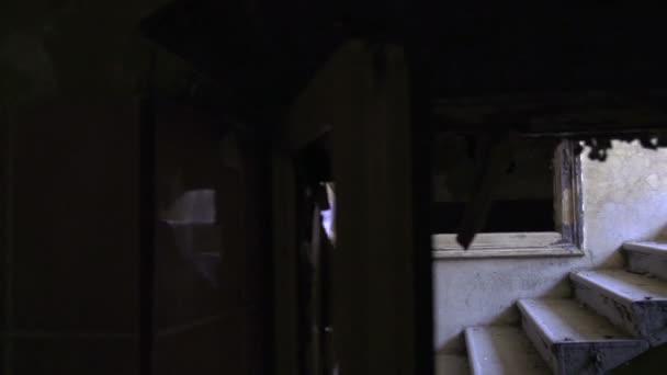 žena jde do schodů