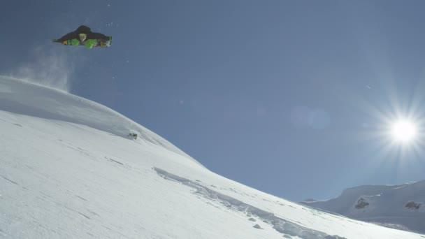 snowboardista skoky backflip v prášku