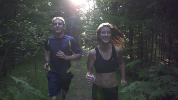pár běhat lesem