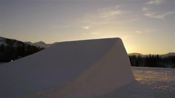 snowboardista skákání přes kicker