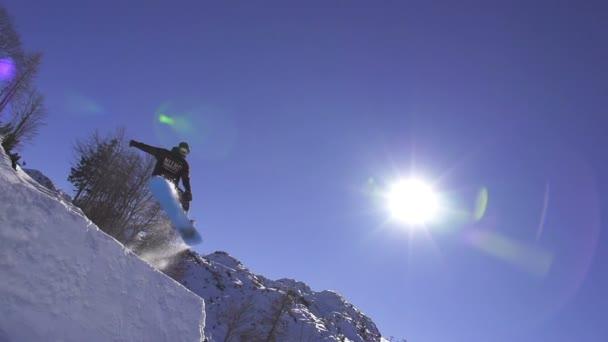 snowboardista skoky přes kicker