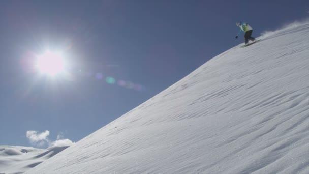 snowboardista jezdecké prachový sníh