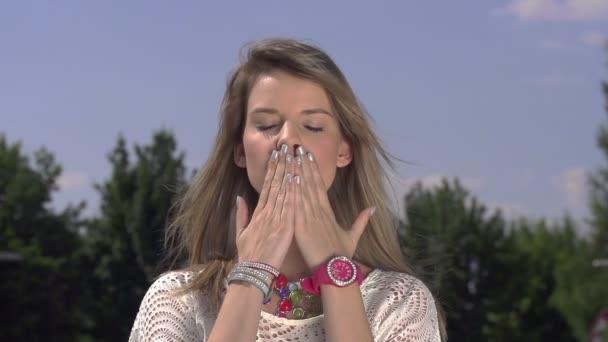 smyslná dáma posílat polibek
