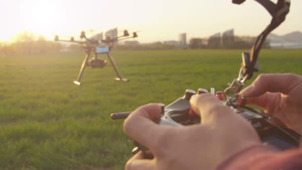 drone operátor flying multicopter