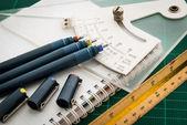 Szőnyegek, tollrajzok, dőlésszög eszköz, léptékvonalzó ,
