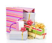 barevný balíček s dárkové krabičky izolované na bílém