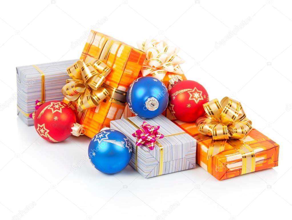 helle Weihnachtsgeschenke und blau, rote Kugeln, die isoliert auf ...
