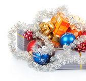 Fotografie vánoční dárky, kuličky a pozlátko izolovaných na bílém