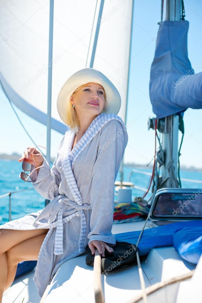 Девушка спиной фото на яхте