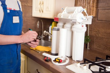 Plumber change the water filter
