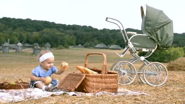 malá holka na piknik