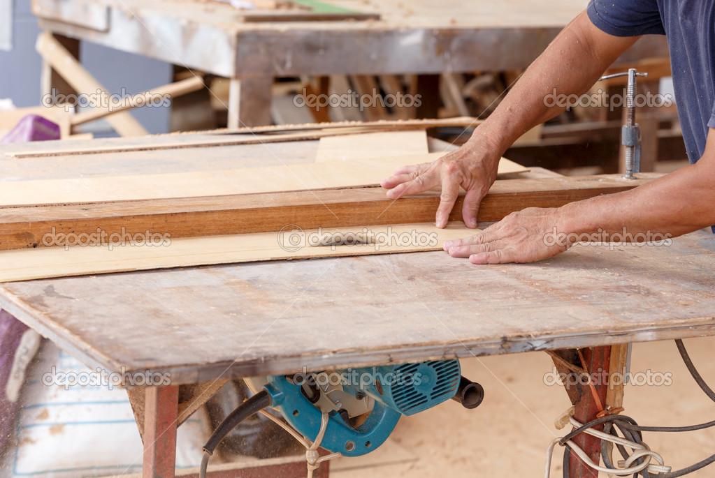 Carpintero De Uso Sierra Cortar La Madera Para Hacer Muebles Nuevos U2014 Foto  De Wittybear