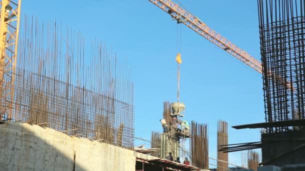 jeřáb pracuje v staveniště