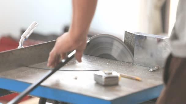pracovník řezání hliníku pro bytové výstavby
