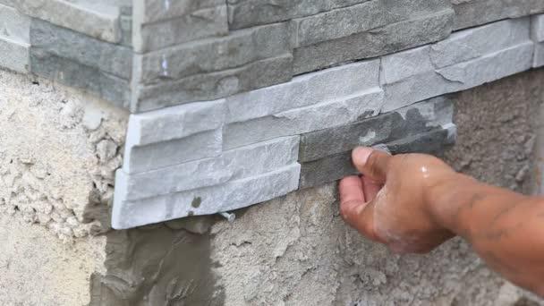 pracovník instalace povrch kamenné zdi