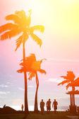 tropické pláži při západu slunce