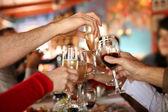 ruce držící sklenic šampaňského