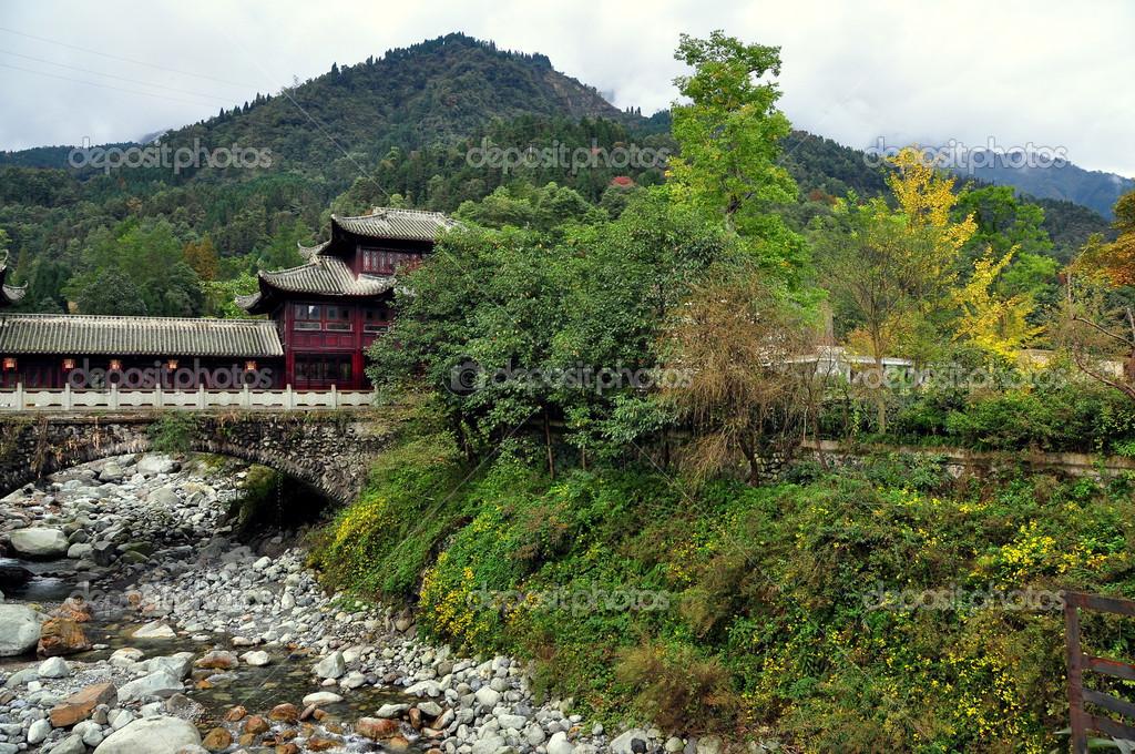 sichuan chine maison pont chinois via flux sur le flanc de la montagne photographie. Black Bedroom Furniture Sets. Home Design Ideas