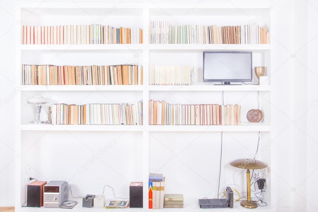 Weiß Wohnzimmer Mit Modernen Hölzerne Weiße Bücherregal Und Verschiedene  Bücher Innen, Häusliche Atmosphäre, Bibliothek Hintergrund Im Haus, ...