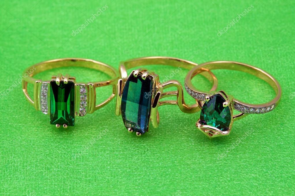 9b79bfe701e Elegantní smaragdové šperky — Stock Fotografie © elenstudio #37059035