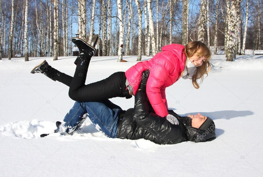 lesbiyanki-igrayutsya-na-snegu-video-devushka-drochit-i-konchaet-parnyu-v-rot-na-gubi