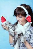 bájos fiatal nő macskával