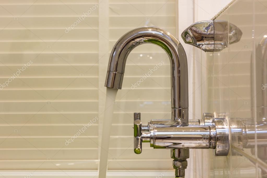 Badkamer Douche Kranen : Moderne ontwerper kraan en douche in de badkamer u stockfoto