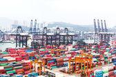 Hongkong kereskedelmi kikötőben a konténerek