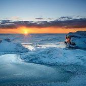 barevný západ slunce na zasněžených Baltské moře pobřeží