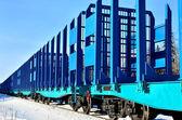 blauer Güterzug im Winter unterwegs