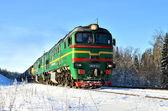 grüner Güterzug im Winter unterwegs