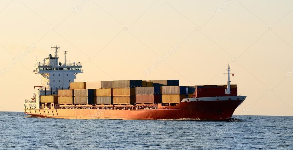 Barco de contenedores de carga navegando a la puesta del sol fotos de stock - Contenedores de barco ...