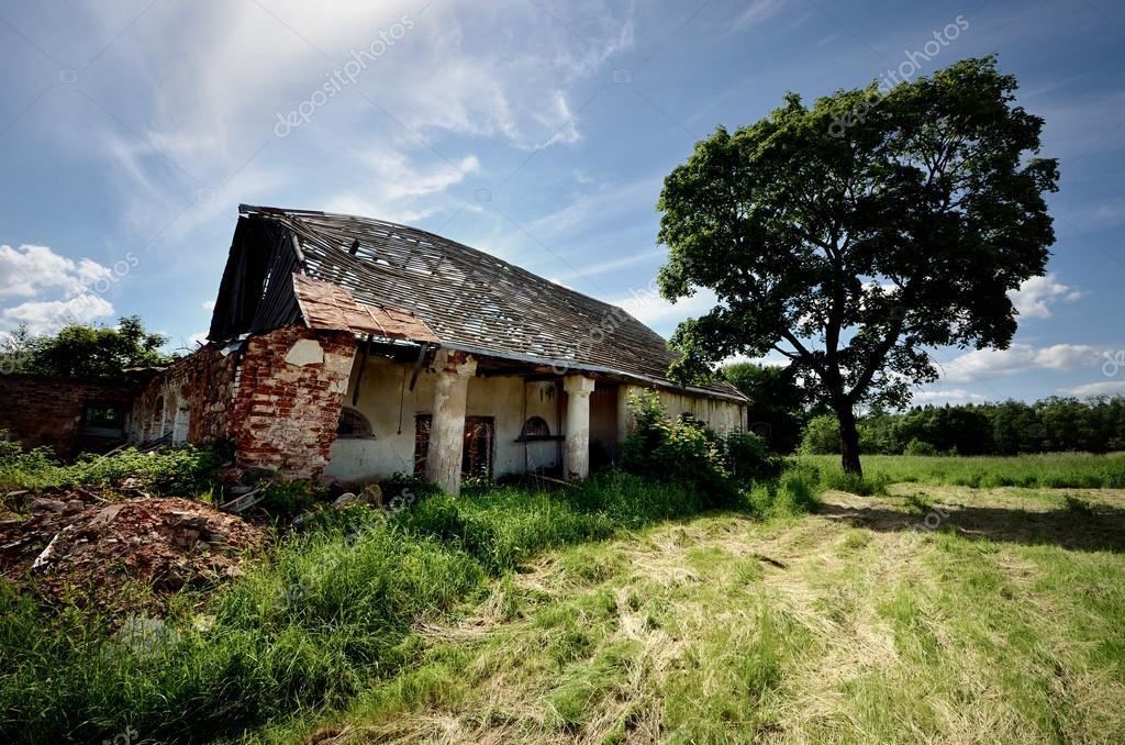 Demolido el viejo cobertizo en el campo — Foto de Stock