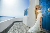 krásná nevěsta ve svatebních šatech na santorini v Řecku