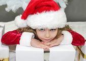 Fotografie Mädchen in rot als Weihnachtsmann verkleidet mit Weihnachtsbaum