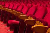 Leere rote Sitze für Kino