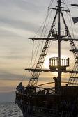 Fotografie Silhouette der Segel von ein antikes Schiff, Masten und Bugspriet von einem