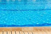 klidná voda na okraji bazénu.